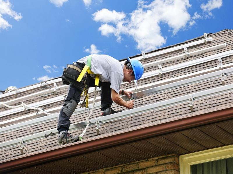 metal roofing workers
